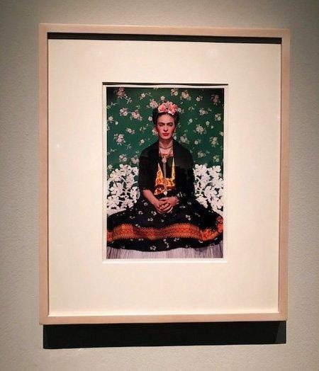 Frida Kahlo in abiti messicani